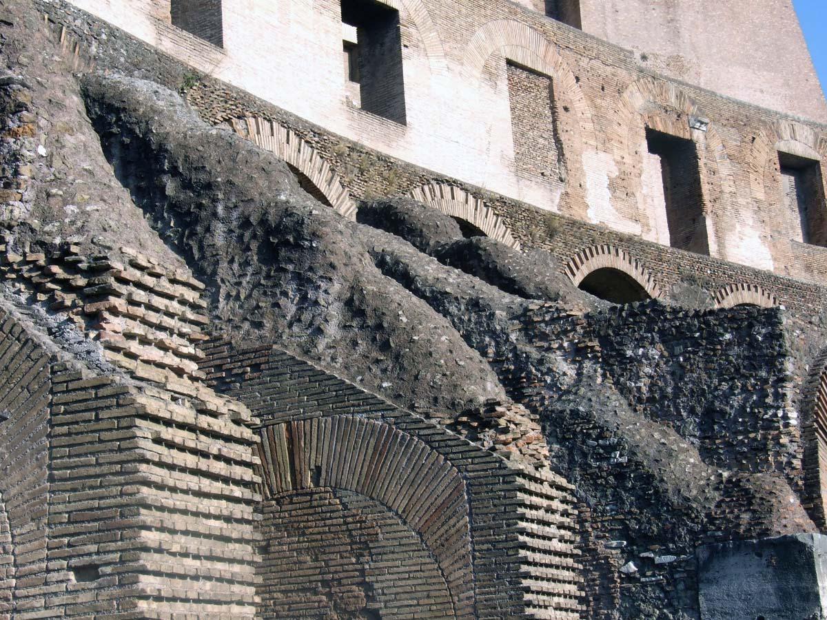 Полуразрушенные внутренние стены Колизея