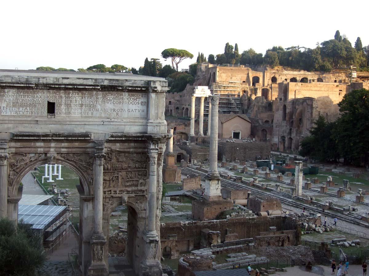 Развалины Императорских Форумов (на переднем плане - арка Септимия Севера, на заднем плане - Палатин)