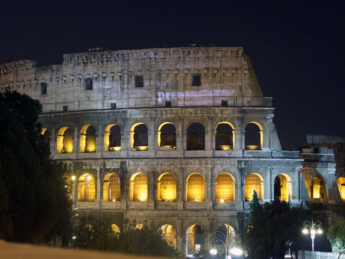 Одна из главных достопримечательностей Рима - Колизей (ночью)