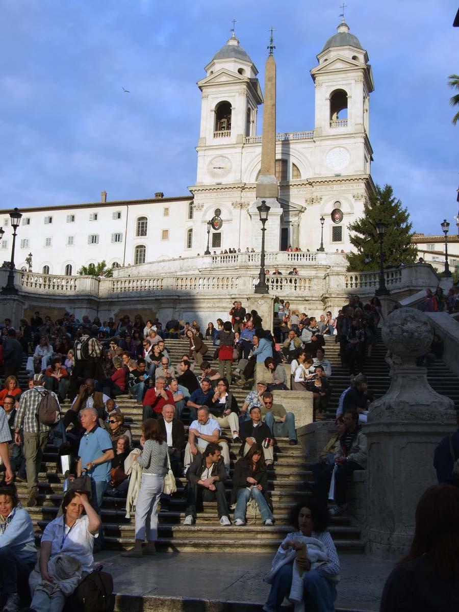 Одно из культовых мест Рима - Испанская лестница. Народа - больше, чем людей!