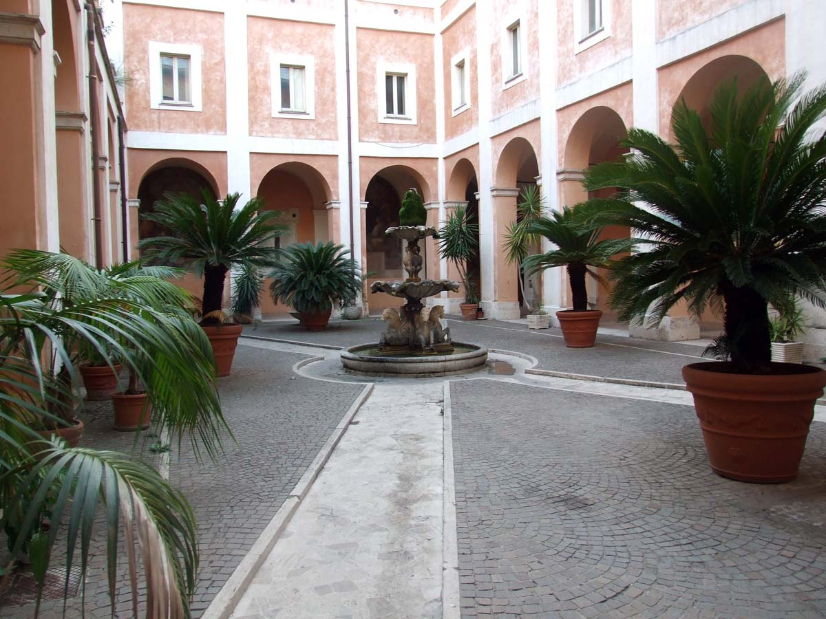 Фонтан во внутреннем дворике собора Космы и Домиана