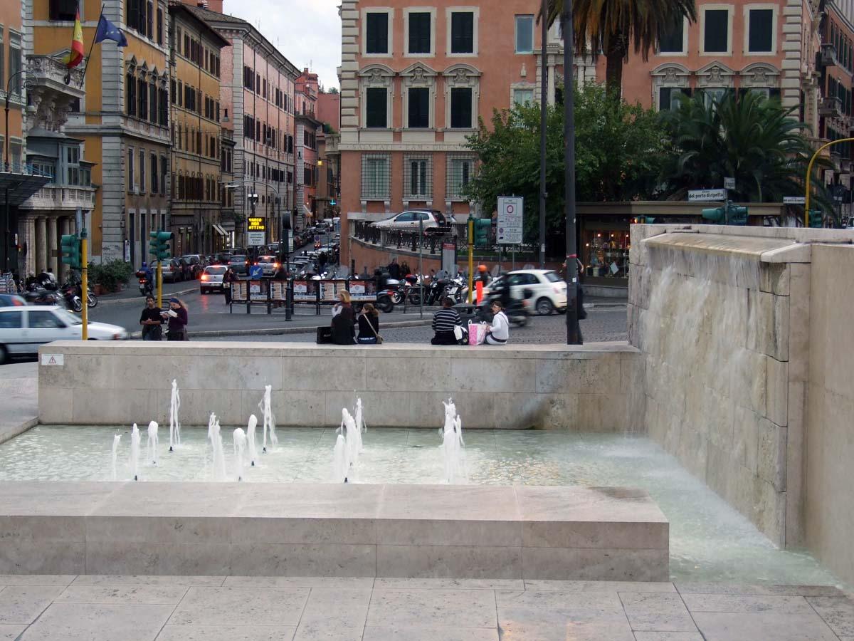 И такие оригинальные фонтаны, любимые молодёжью, есть в Риме