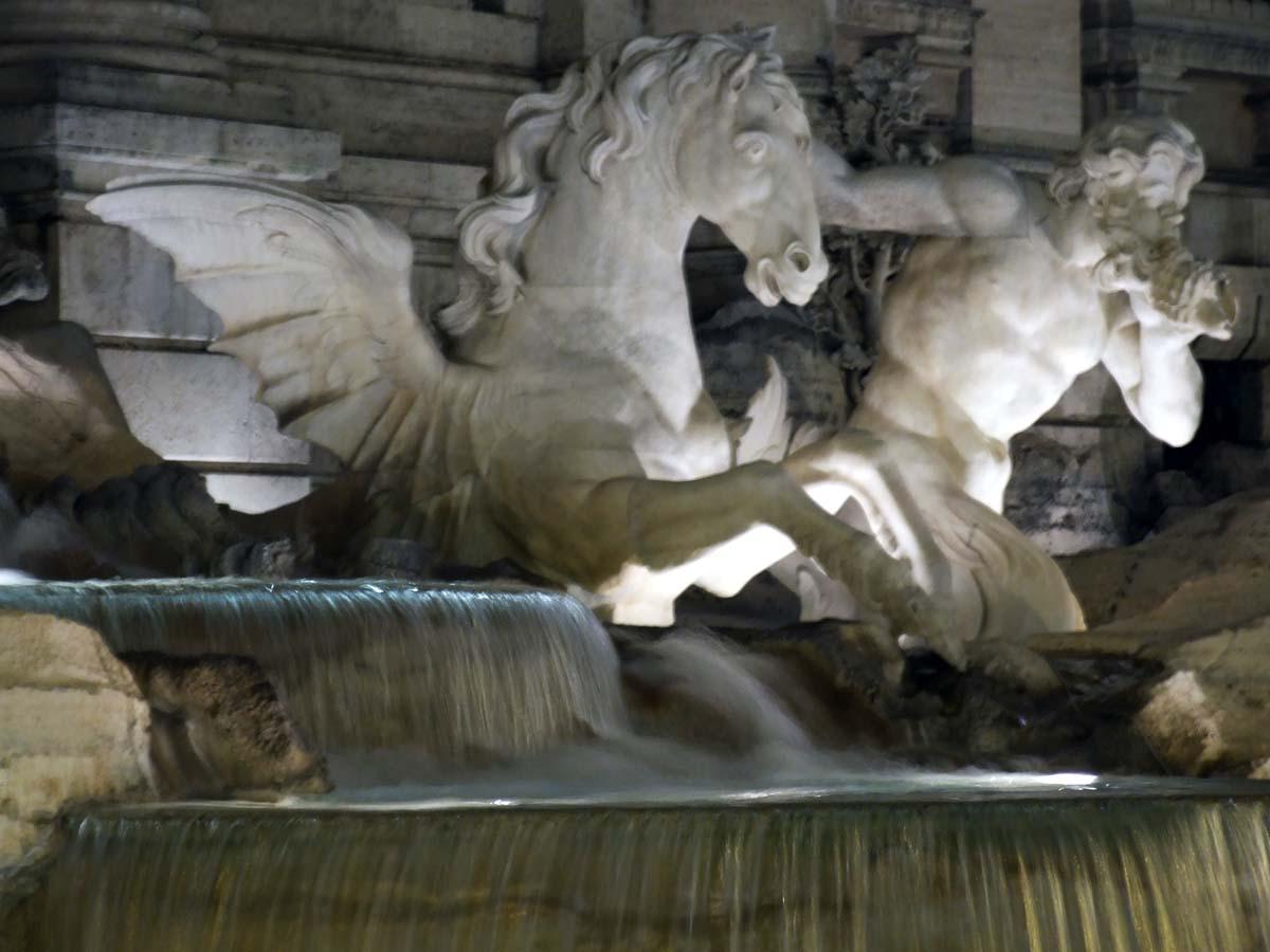 Одна из центральных скульптур фонтана Треви