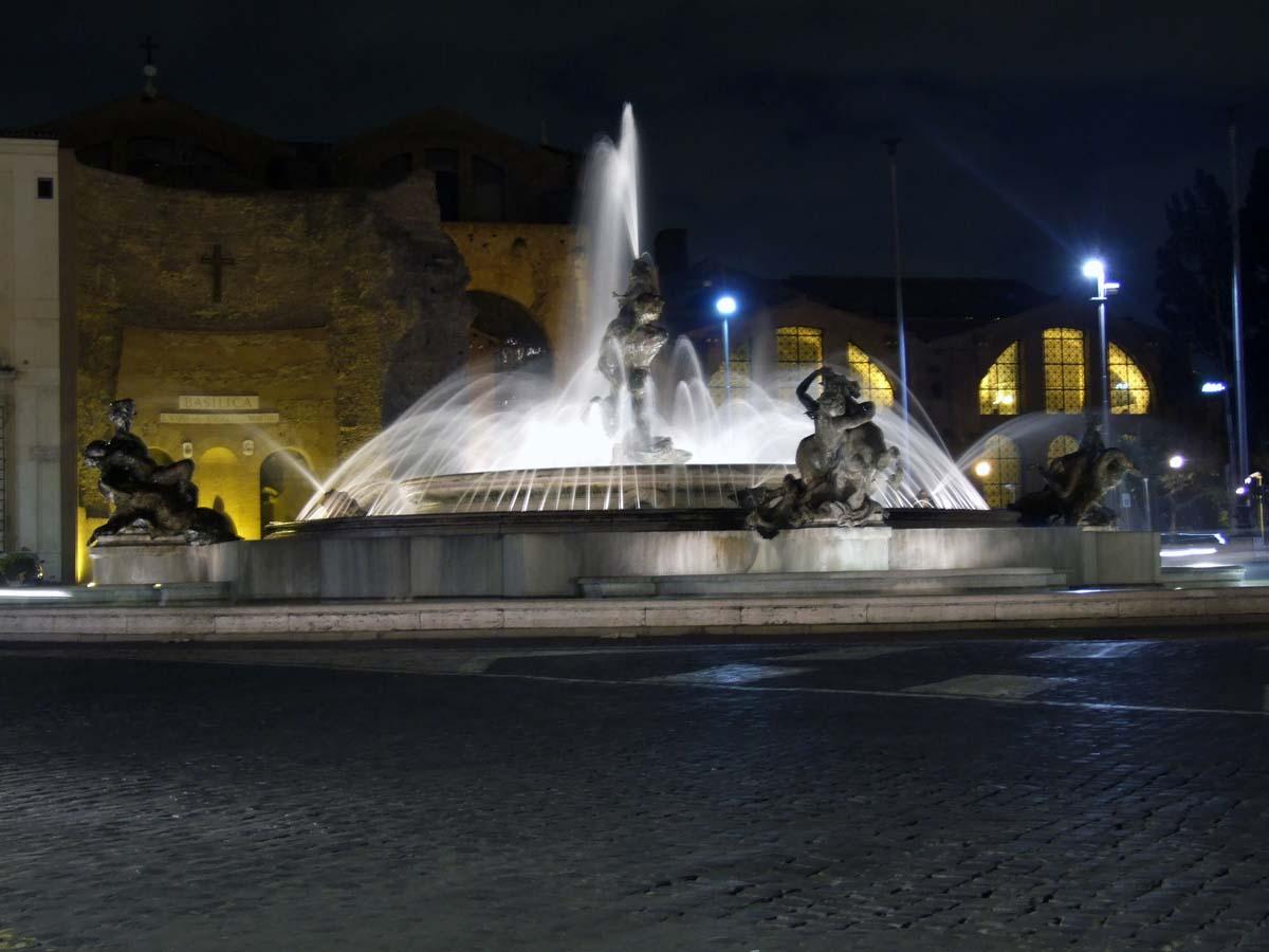 Фонтан Наяды на площади Республики (на заднем плане - Церковь Пресвятой Девы Марии Ангелов)