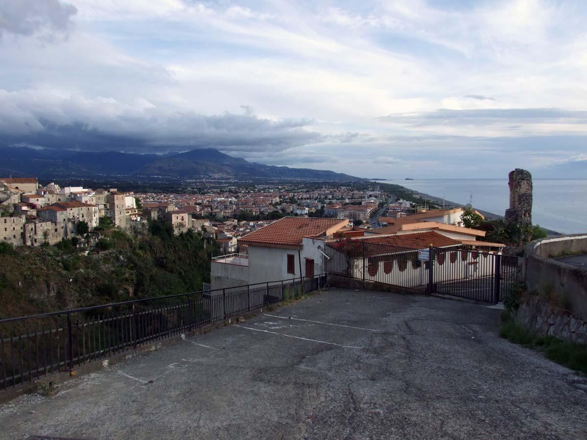 Вид на город со смотровой площадки неподалёку от резиденции Меридиана