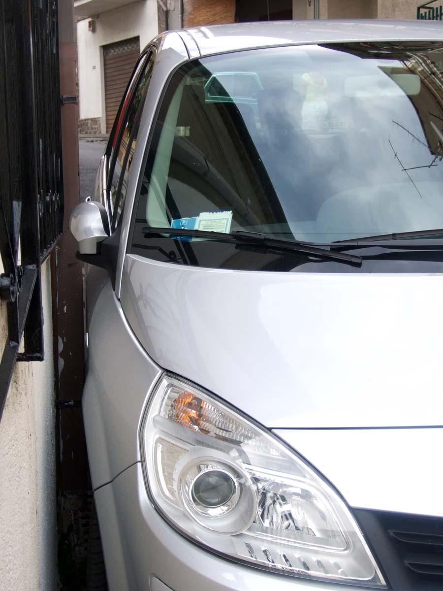 А вот так, как можно плотнее (обратите внимание на зазор между дверью и стеной), паркуют машины на узких улицах города