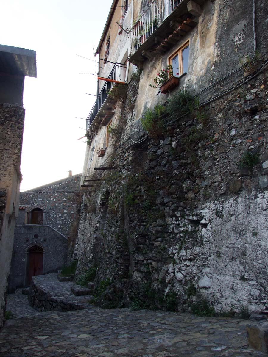 Среди древних стен можно и в тупик забрести