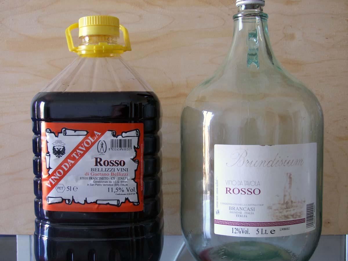 Напоследок фототчета - в таких 5-ти литровых флягах мы покупали недорогое местное вино по 6-7 евро за бутыль