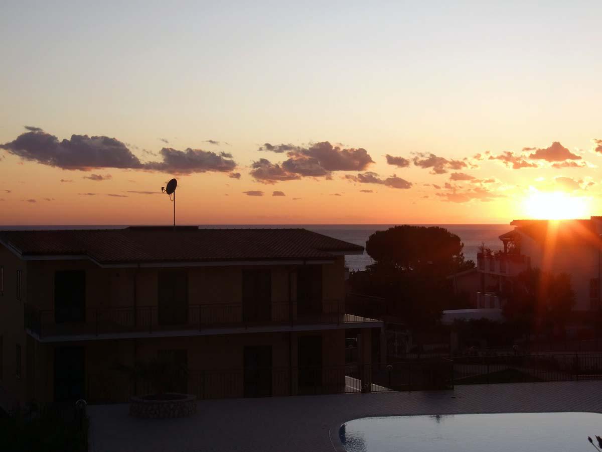 Очаровывающий закат над морем (вид с балкона в резиденции Меридиана)