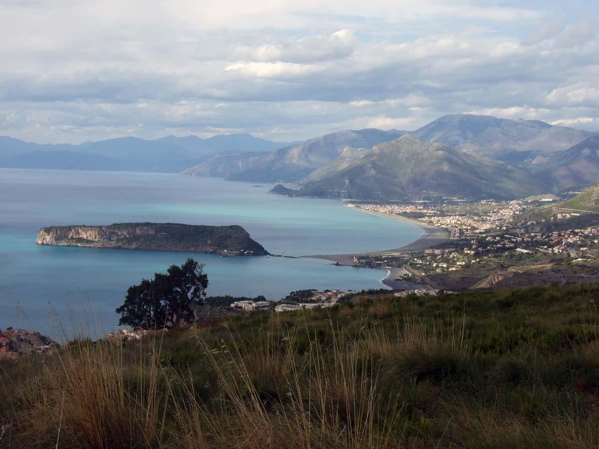 Вид с горы на соседний город Арчелла