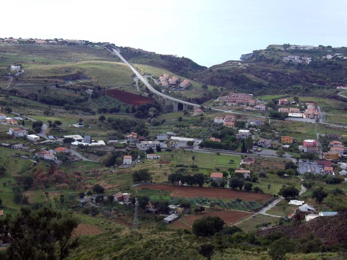 Дорога вдоль моря между соседними городами Арчелла и Скалея