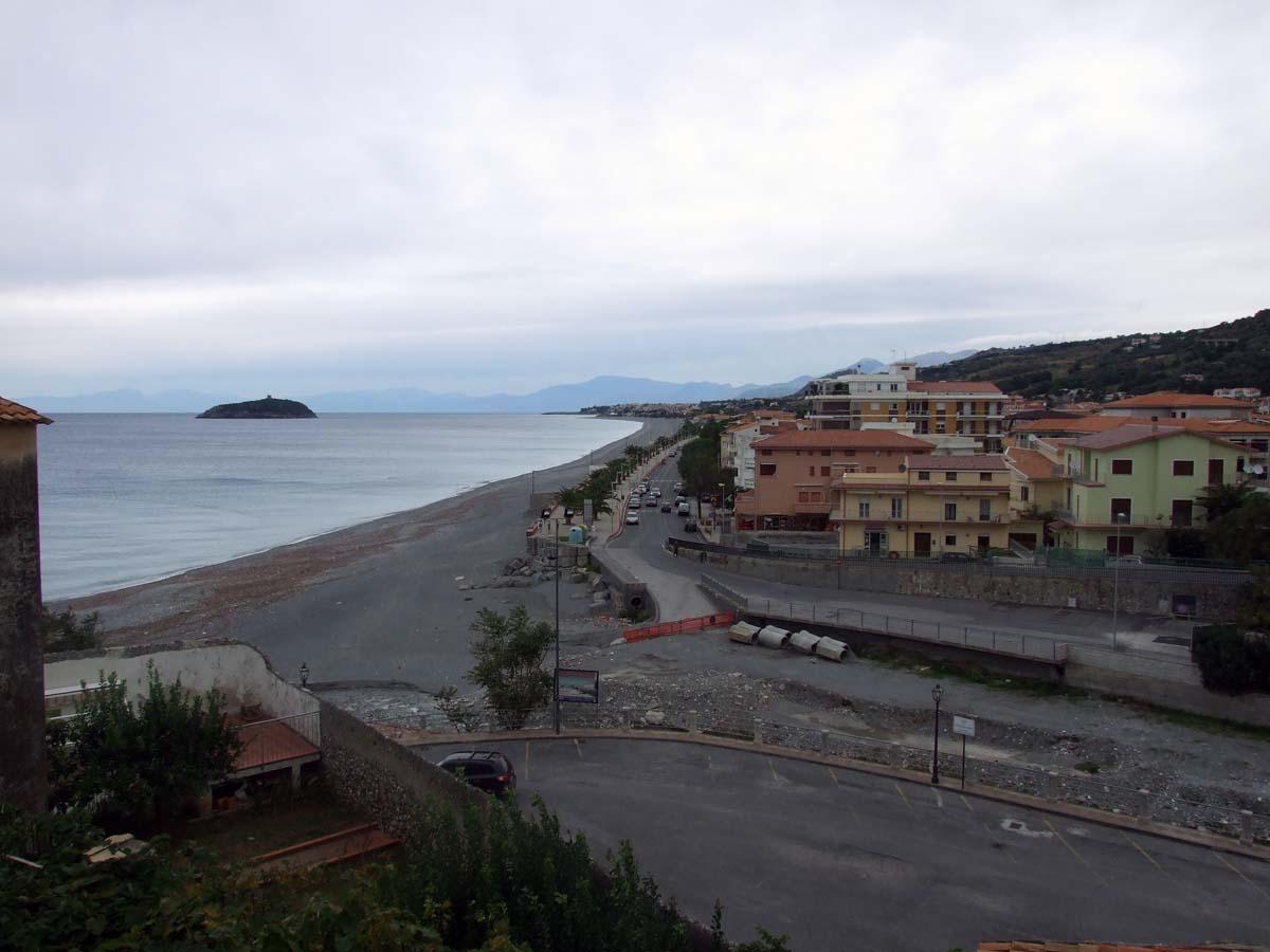 Берег Тиренского моря в городе Диаманте